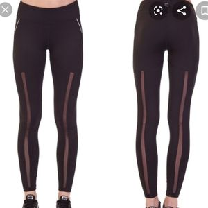Activewear leggings with mesh.